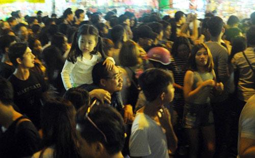 """Ngàn người """"hành xác"""" trên phố lồng đèn ở Sài Gòn - 4"""