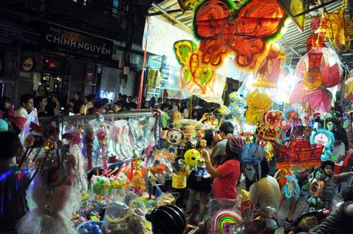 """Ngàn người """"hành xác"""" trên phố lồng đèn ở Sài Gòn - 5"""