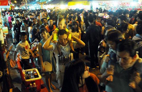"""Ngàn người """"hành xác"""" trên phố lồng đèn ở Sài Gòn - 2"""