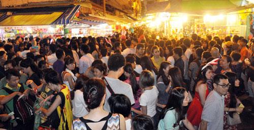"""Ngàn người """"hành xác"""" trên phố lồng đèn ở Sài Gòn - 7"""