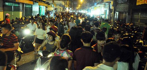 """Ngàn người """"hành xác"""" trên phố lồng đèn ở Sài Gòn - 10"""