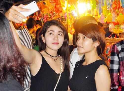 """Ngàn người """"hành xác"""" trên phố lồng đèn ở Sài Gòn - 8"""