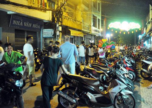"""Ngàn người """"hành xác"""" trên phố lồng đèn ở Sài Gòn - 12"""