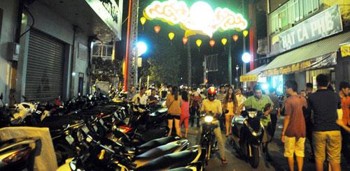 """Ngàn người """"hành xác"""" trên phố lồng đèn ở Sài Gòn - 11"""