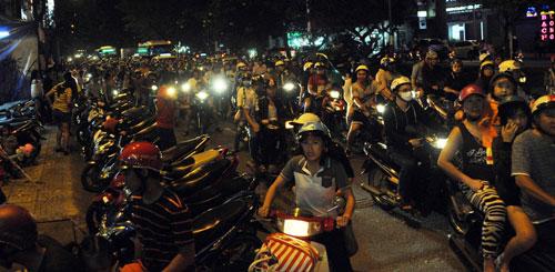 """Ngàn người """"hành xác"""" trên phố lồng đèn ở Sài Gòn - 13"""