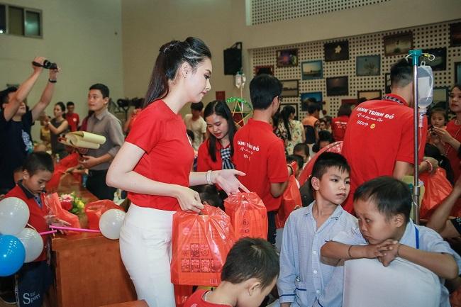 Hoa hậu Mỹ Linh sắm vai chị Hằng yêu thương bệnh nhi - 13
