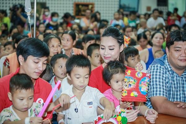 Hoa hậu Mỹ Linh sắm vai chị Hằng yêu thương bệnh nhi - 14