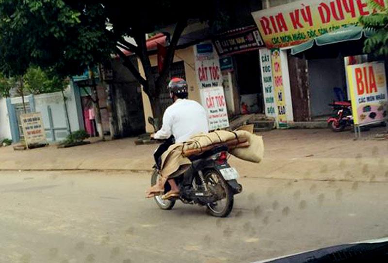 Vụ chở xác bằng xe máy: Gia cảnh éo le của người mất - 1