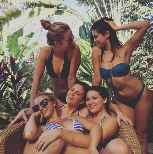 Diện bikini, Selena Gomez cũng sexy chẳng kém ai! - 6