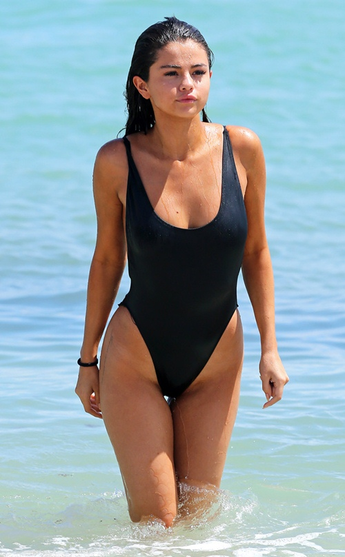 Diện bikini, Selena Gomez cũng sexy chẳng kém ai! - 10