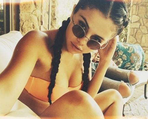 Diện bikini, Selena Gomez cũng sexy chẳng kém ai! - 11