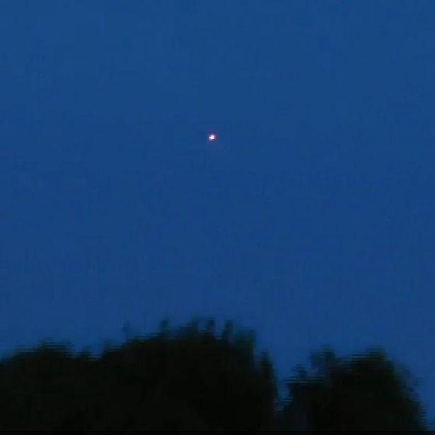 Đang ghi hình UFO, máy ảnh sạc đầy pin bỗng tắt ngóm - 1