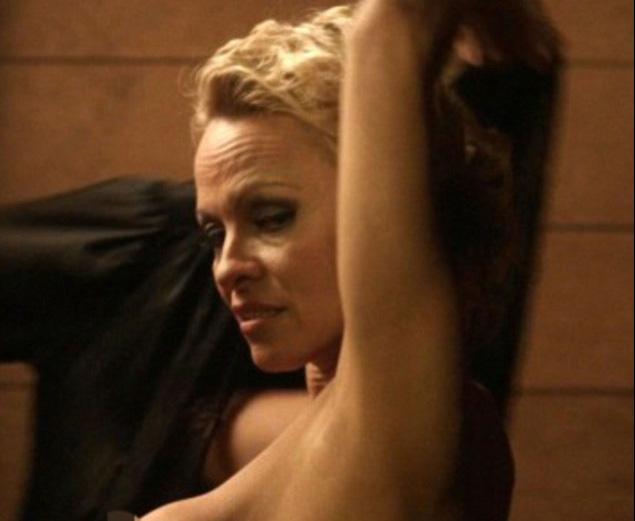 """Bom sex Pamela Anderson bị """"tuýt còi"""" vì quá gợi tình - 1"""