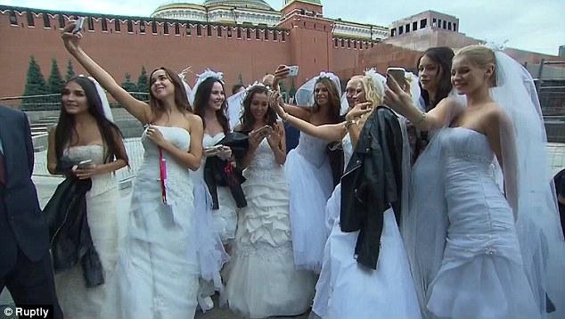 """Putin chụp """"tự sướng"""" cùng cô dâu Nga ở Quảng trường Đỏ - 2"""