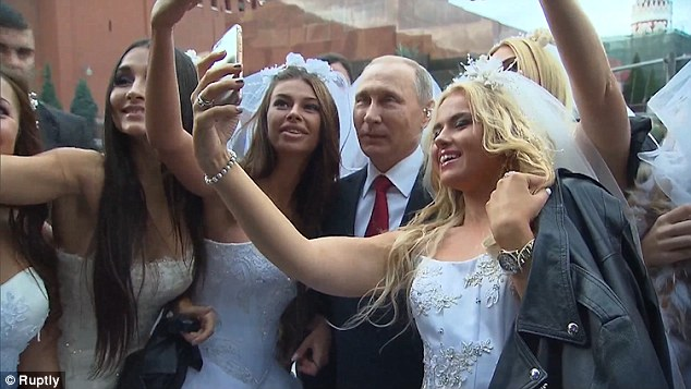 """Putin chụp """"tự sướng"""" cùng cô dâu Nga ở Quảng trường Đỏ - 1"""