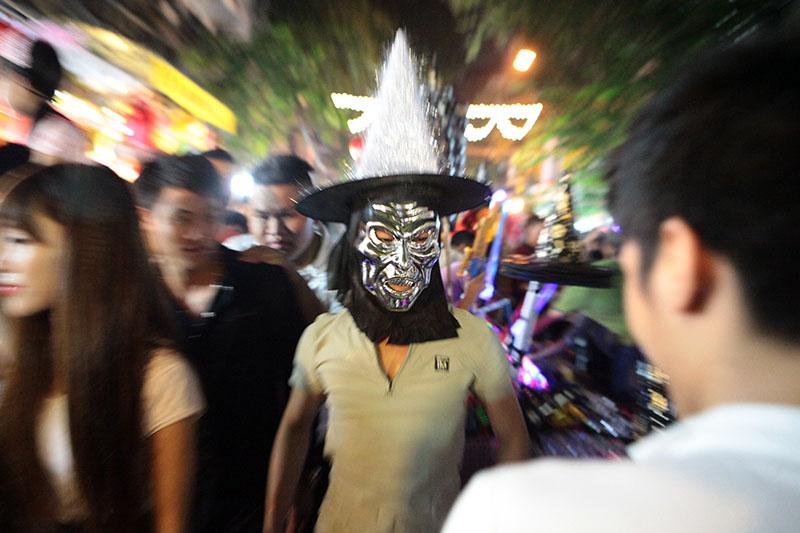 """""""Ma quỷ"""" lượn lờ dọa người trên phố đi bộ đêm Trung thu - 9"""
