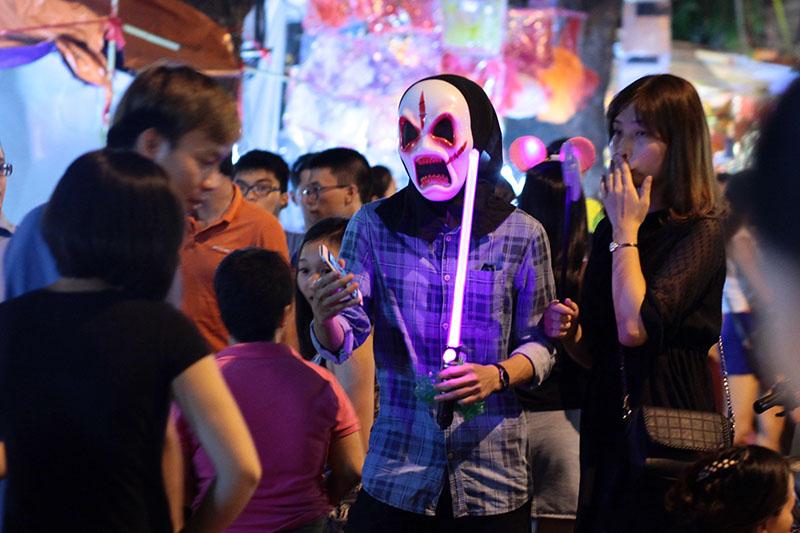 """""""Ma quỷ"""" lượn lờ dọa người trên phố đi bộ đêm Trung thu - 8"""