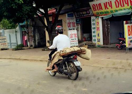Người chở thi thể bằng xe máy là ai? - 1