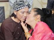 Thúy Nga thích thú hôn tượng sáp Hoài Linh