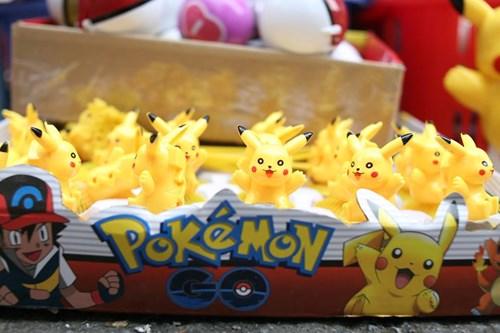 Phố Hàng Mã ngập đồ chơi 'ăn theo' Pokemon Go - 1