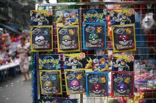 Phố Hàng Mã ngập đồ chơi 'ăn theo' Pokemon Go - 10