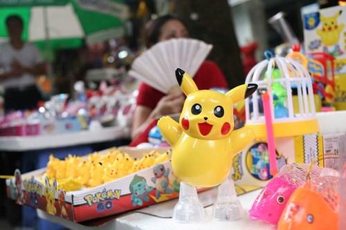 Phố Hàng Mã ngập đồ chơi 'ăn theo' Pokemon Go - 2