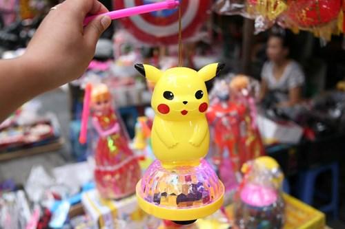 Phố Hàng Mã ngập đồ chơi 'ăn theo' Pokemon Go - 4