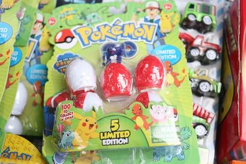 Phố Hàng Mã ngập đồ chơi 'ăn theo' Pokemon Go - 5
