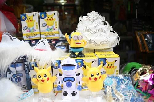 Phố Hàng Mã ngập đồ chơi 'ăn theo' Pokemon Go - 7