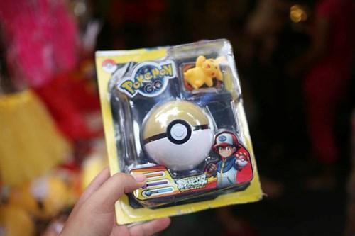 Phố Hàng Mã ngập đồ chơi 'ăn theo' Pokemon Go - 8