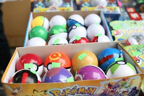 Phố Hàng Mã ngập đồ chơi 'ăn theo' Pokemon Go - 9