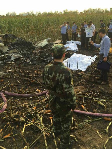 Biểu diễn xong, máy bay TQ lao xuống đồng, 4 người chết - 2