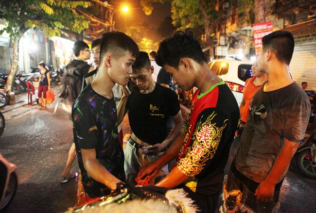 Lân từ phố vào nhà xin tiền lì xì đêm Trung Thu - 13