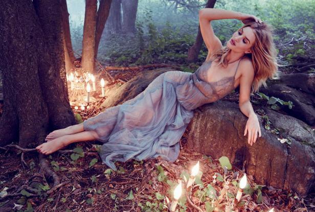 Rosie Huntington đẹp mộng mị với đầm ren quyến rũ - 4