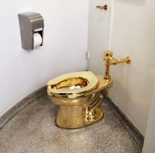 Mỹ: Lắp bồn cầu vàng nguyên khối trong toilet công cộng - 1