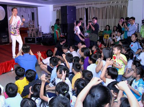 Mr. Đàm hát miễn phí, vui Trung thu cùng trẻ mồ côi - 1