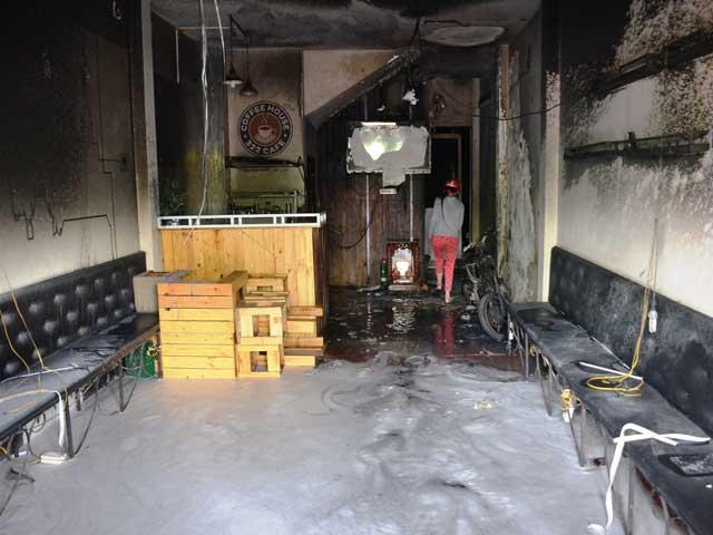 Chú chó con run rẩy thoát ra từ căn nhà cháy - 2
