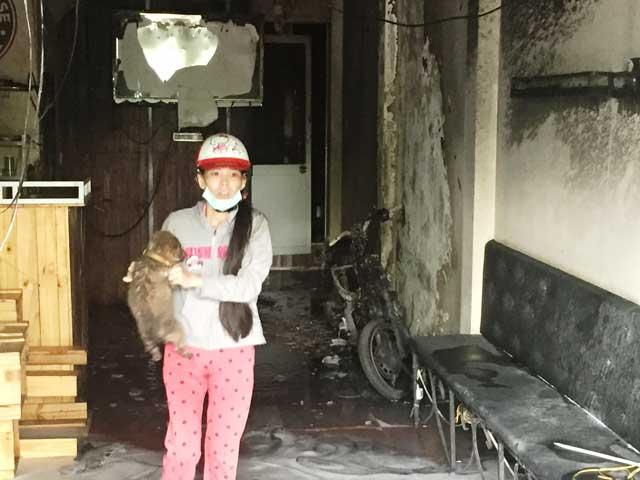 Chú chó con run rẩy thoát ra từ căn nhà cháy - 3