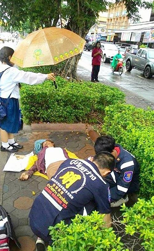 Cảm phục cô bé đứng dầm mưa che ô cho người gặp nạn - 2