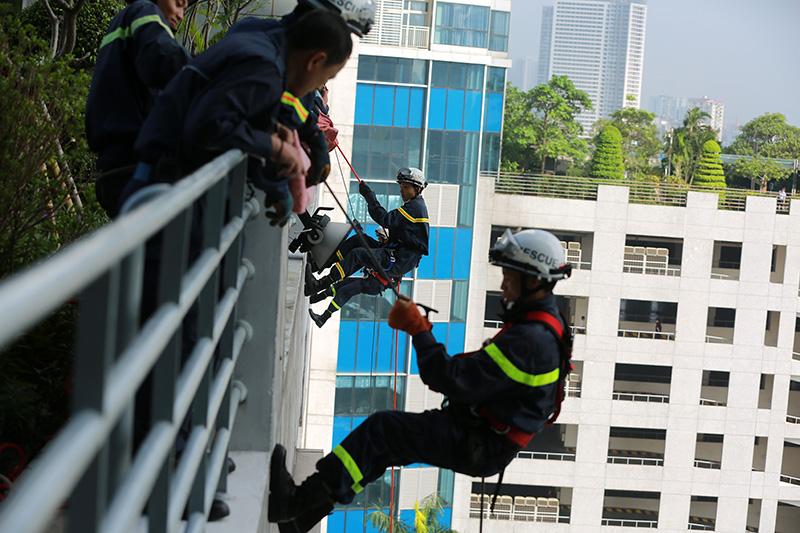 """Xem diễn tập cứu 1.000 người """"kẹt"""" ở cao ốc cao nhất VN - 2"""