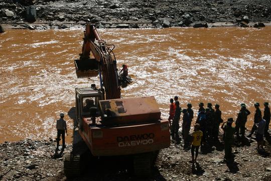 Vụ Sông Bung 2: Đang vớt một thi thể trên sông Bung - 1