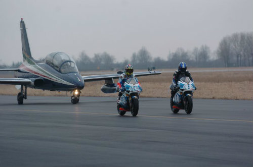 Aprillia RVS đọ tốc độ với dàn máy bay - 2