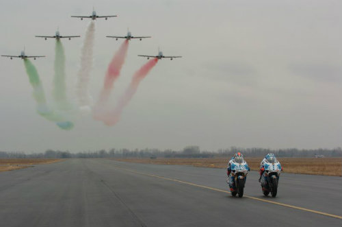 Aprillia RVS đọ tốc độ với dàn máy bay - 3