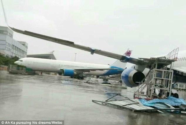 TQ: Siêu bão thổi dạt máy bay Boeing đậu trên đường băng - 1
