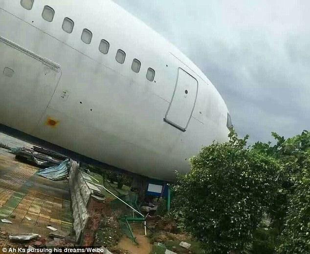 TQ: Siêu bão thổi dạt máy bay Boeing đậu trên đường băng - 2