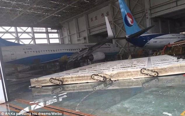 TQ: Siêu bão thổi dạt máy bay Boeing đậu trên đường băng - 3
