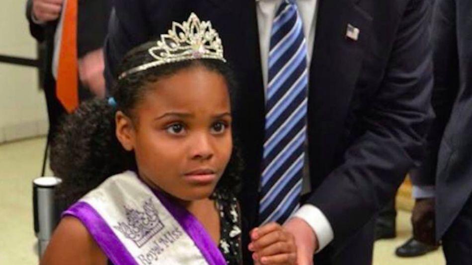 Bé gái Mỹ khiếp sợ khi phải chụp ảnh với ông Trump - 1