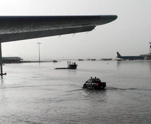 """Cận cảnh con kênh bị """"tố"""" gây ngập sân bay Tân Sơn Nhất - 2"""