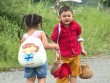 Cậu bé bật khóc khi không tìm được cha giữa cánh đồng bất tận
