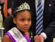 Bé gái Mỹ khiếp sợ khi phải chụp ảnh với ông Trump